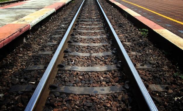 Tory kolejowe na stacji kolejowej