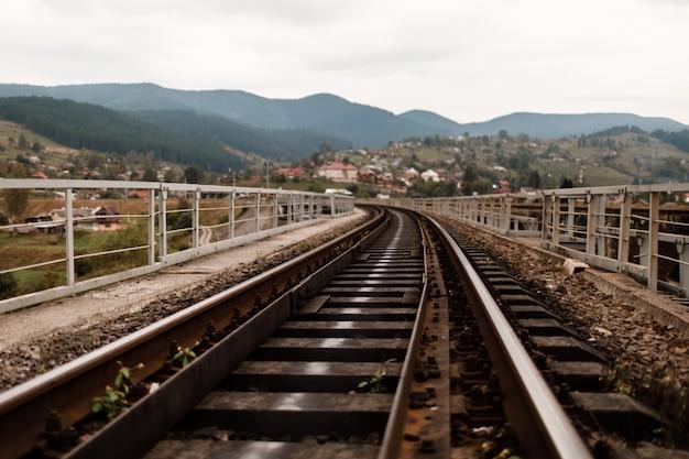 Tory kolejowe w karpatach. podkłady kolejowe