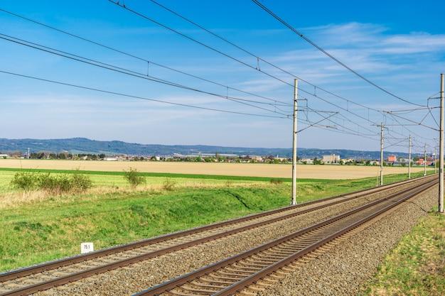 Tory kolejowe w pięknym zielonym krajobrazie