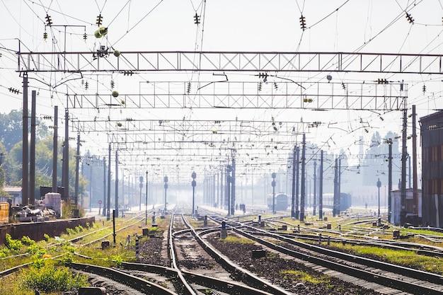 Tory kolejowe w pobliżu stacji zelektryfikowana nowoczesna kolej