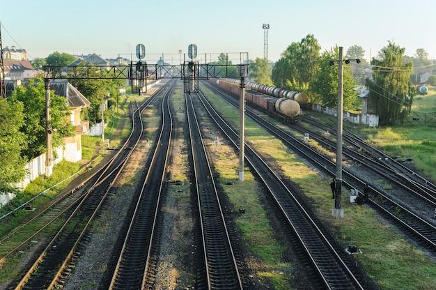 Tory kolejowe. widok z góry. w oddali stoją wagony towarowe.