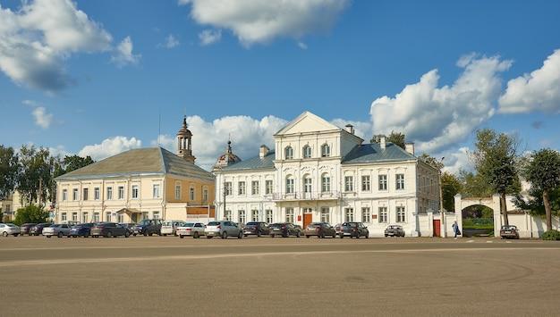 Torzhok, miasto w obwodzie twerskim, rosja, 6 sierpnia 2019 r., budynki administracyjne na centralnym placu