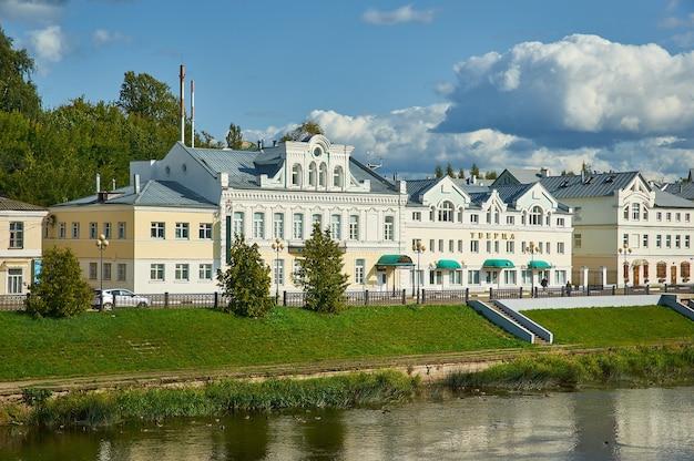 Torżok, miasto w obwodzie twerskim, rosja, 6 sierpnia 2019 r., stare budynki przy nabrzeżu rzeki twercy latem f