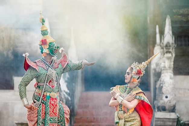 Tosakan (ravana) i mandodari , tajski klasyczny taniec w masce ramayana epic