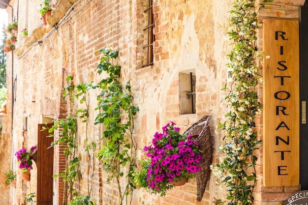 Toskania, włochy. zwiedzanie włoskiej restauracji w tradycyjnej małej wiosce w val orcia