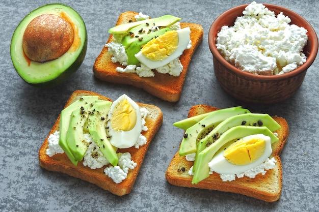 Tost z awokado z twarogiem i jajkiem. keto śniadanie lub przekąska.