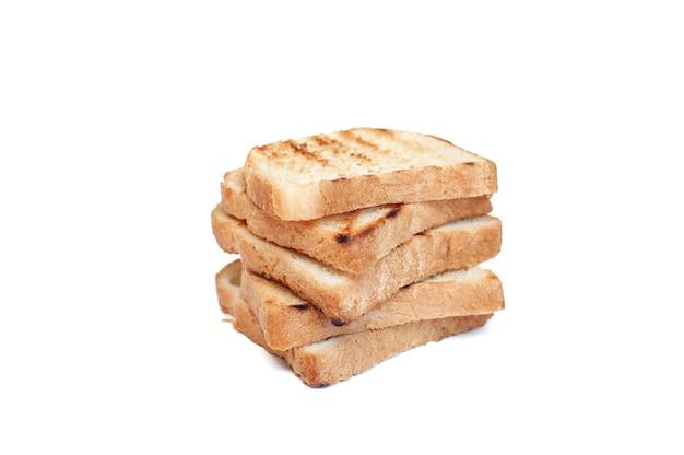 Toster krojonego chleba na białym tle
