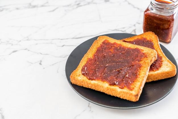 Tosty chlebowe z pastą chili
