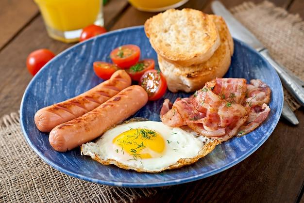 Tosty, jajka, bekon i warzywa w stylu rustykalnym na drewnianej powierzchni