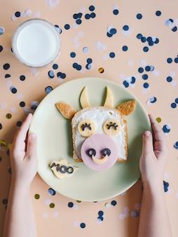 Tosty śniadaniowe dla dzieci. kanapka dla dzieci. symbol roku 2021