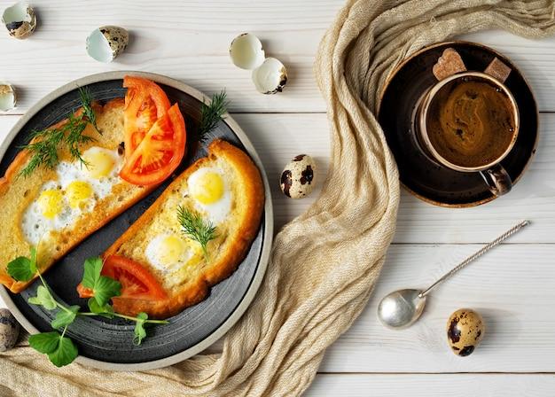 Tosty śniadaniowe lub obiadowe z warzywami i smażonymi jajkami przepiórczymi na białym drewnianym tabe