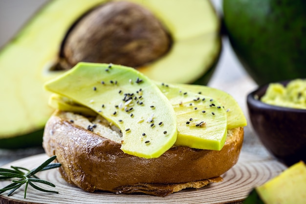 Tosty wegetariańskie, pieczywo pełnoziarniste z awokado. wegetariańska przekąska