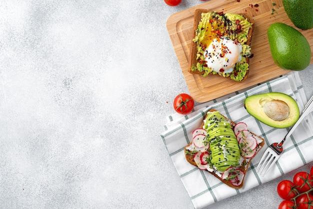 Tosty z awokado na śniadanie, widok z góry. wegańskie jedzenie