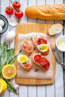 Tosty z chleba z mozzarellą, jajkami i pomidorami