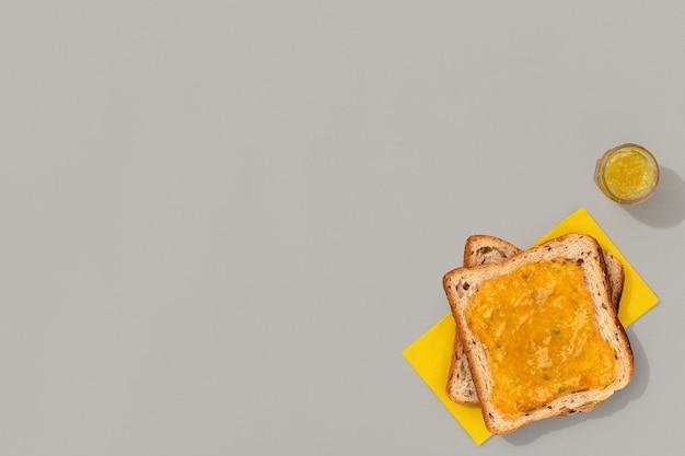 Tosty z konfiturą cytrynową na szarej powierzchni