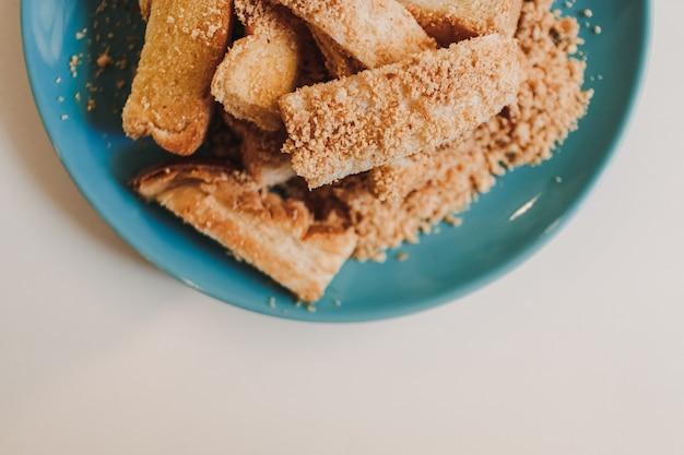 Tosty z proszkiem o smaku barbecue podawane na niebieskim naczyniu ceramicznym