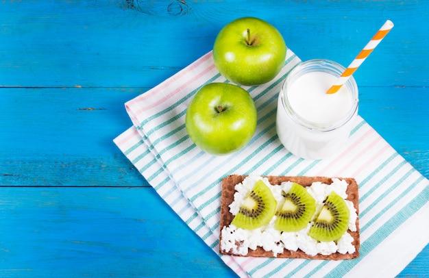 Tosty z serem i plasterkami kiwi, soczystymi zielonymi jabłkami i jogurtem