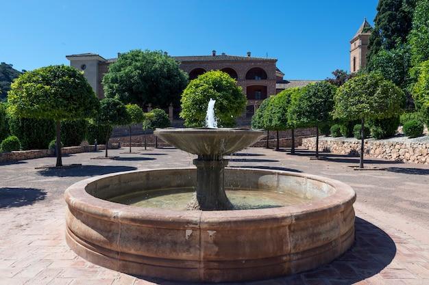 Totana murcia hiszpania fontanna na dziedzińcu ermitażu santa eulalia w stylu mudejar erem pochodzi z xvi wieku