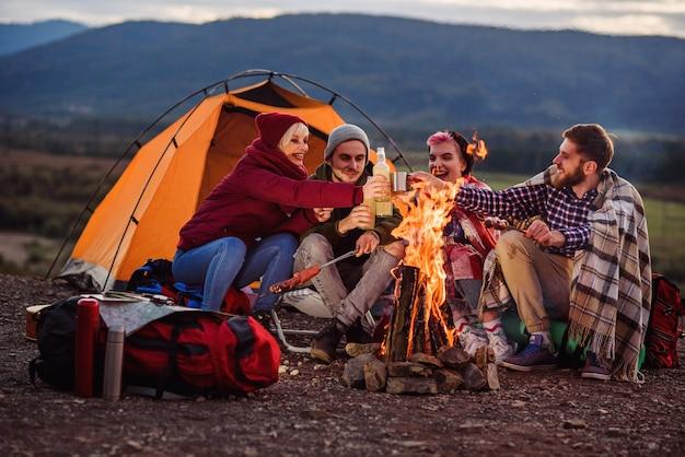 Towarzystwo młodych przyjaciół na pikniku w górach