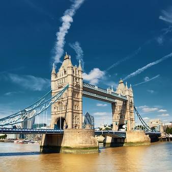 Tower bridge na jasny słoneczny dzień w londynie, anglii, wielkiej brytanii