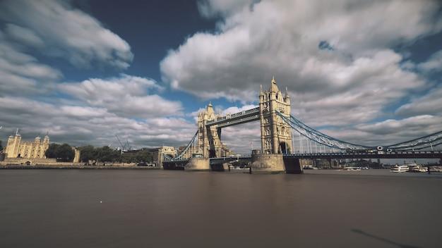 Tower bridge nad tamizą z łodzi żaglowych