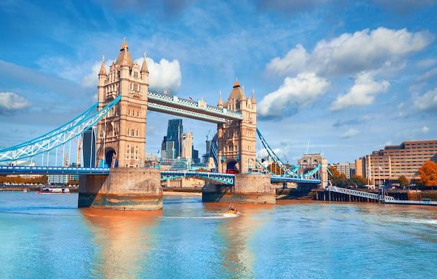 Tower bridge w jasny słoneczny dzień jesienią