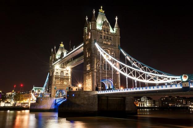 Tower bridge w londynie nocą
