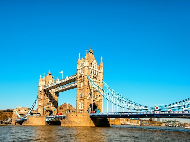 Tower bridge w londynie późnym popołudniem