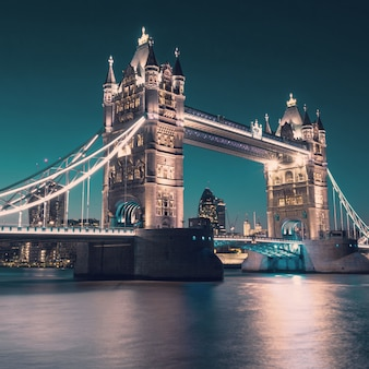 Tower bridge w londynie, stonowanych obrazu