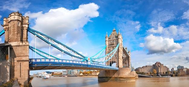 Tower bridge w londynie, w jasny, słoneczny dzień pod pięknym niebem z chmurami
