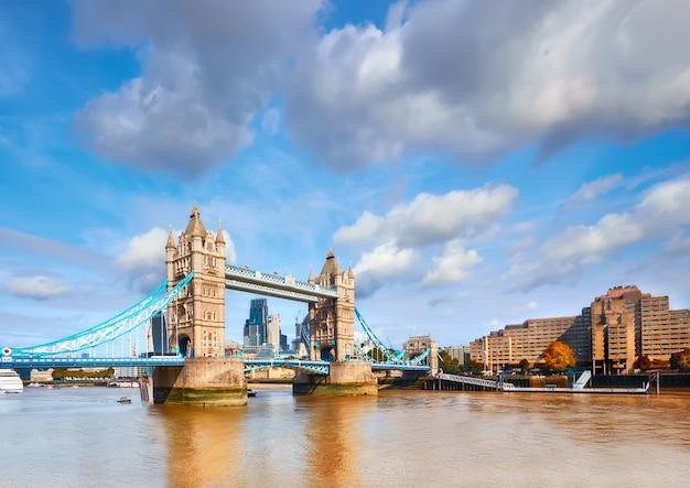 Tower bridge w londynie w jasny, słoneczny dzień