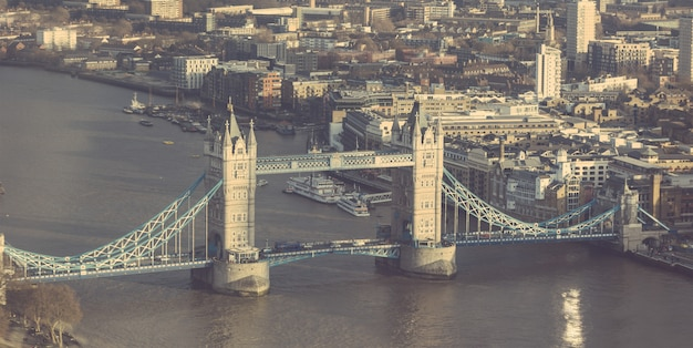 Tower bridge w londynie, widok z lotu ptaka, w słoneczny dzień.