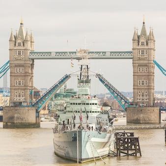 Tower bridge w londynie z otwartym mostem zwodzonym