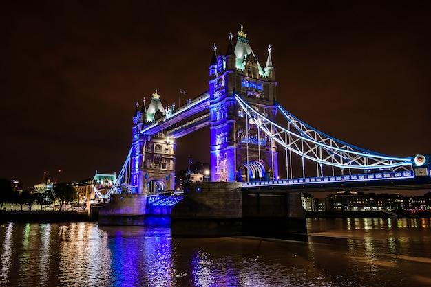 Tower bridge w nocy nad tamizą, londyn, wielka brytania, anglia