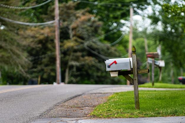 Tradycyjna amerykańska skrzynka pocztowa na poboczu wiejskiej drogi