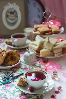 Tradycyjna angielska herbatka w bajecznej dekoracji styl rustykalny.