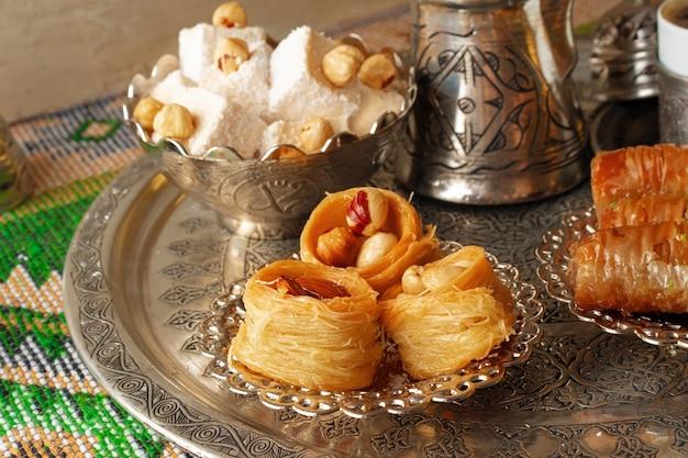 Tradycyjna arabska baklawa deserowa z filiżanką tureckiej kawy