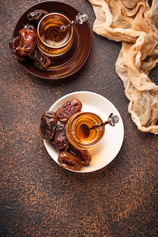 Tradycyjna arabska herbata i suche daty