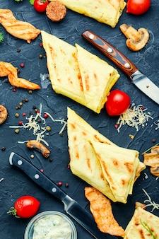 Tradycyjna arabska shawarma z kurczakiem, serem i grzybami. fast food