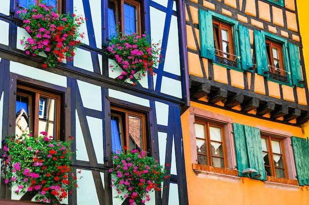 Tradycyjna architektura alzacji, kolorowe domy z muru pruskiego, wieś riquewihr, francja