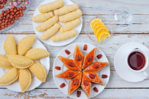 Tradycyjna azerbejdżańska wakacyjna novruz ciastek baklava na bielu talerzu