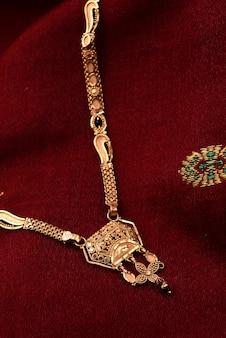 Tradycyjna biżuteria indyjska na miękkiej tkaninie