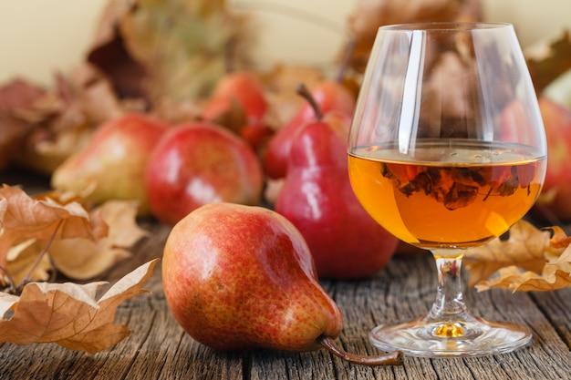 Tradycyjna brandy owocowe i gruszki