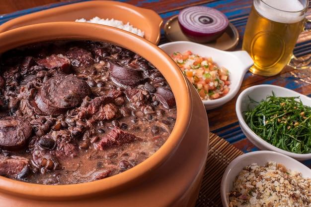 Tradycyjna brazylijska feijoada na stole