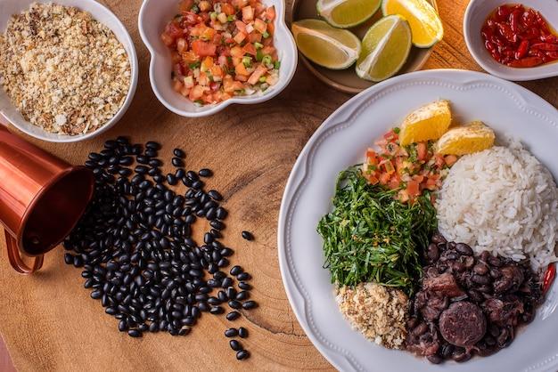 Tradycyjna brazylijska feijoada na talerzu