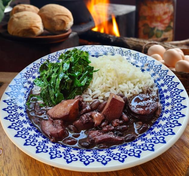 Tradycyjna brazylijska feijoada z kapustą i ryżem