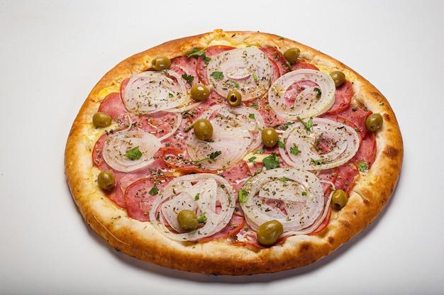 Tradycyjna brazylijska pizza o portugalskim smaku, z mozzarellą, jajkami, cebulą, szynką i oliwkami na białym tle.