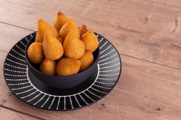"""Tradycyjna brazylijska przekąska z kurczaka znana jako """"coxinha"""""""