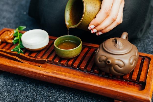 Tradycyjna ceremonia herbaty z bliska z ręką kobiety