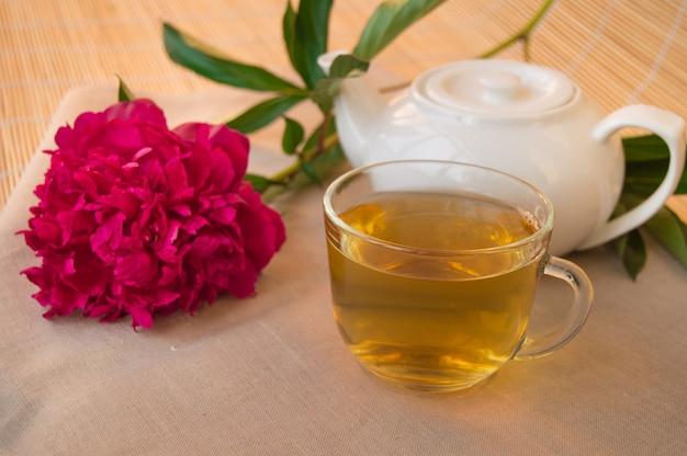 Tradycyjna ceremonia picia herbaty. warzona zieleń w imbryku i filiżance